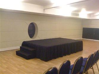 Tarima de 1,8 x 3 x 60 cm de altura con alfombra Alquiler de escenarios